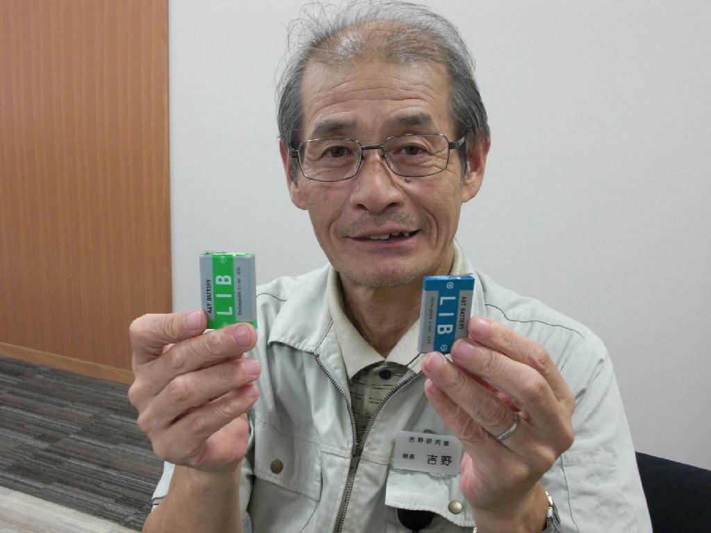 商品化されたリチウムイオン二次電池を手に