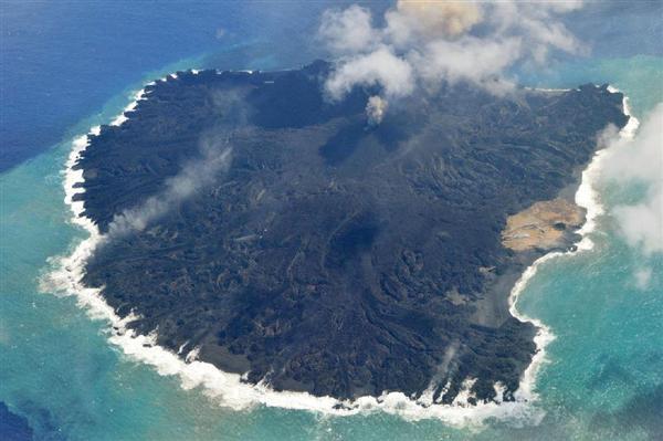 北側(下)に広がる浅い海域に大量の溶岩が流れ込み、「溶岩原」と呼ばれる平原を形成している小笠原諸島・西之島=16日午後(海上保安庁提供)