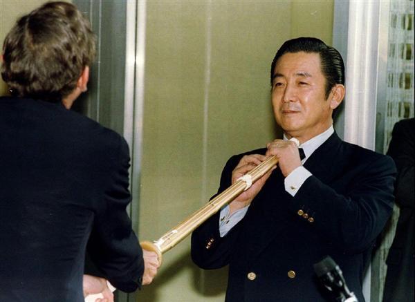 橋本龍太郎通産相ののど元に竹刀を当てる米通商代表... 記事に戻る 橋本龍太郎通産相ののど元に竹