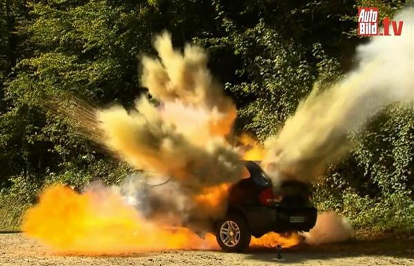 """軍事ワールド】中国製""""ニセBMW""""を爆破した独人オーナーの怒り…車は ..."""