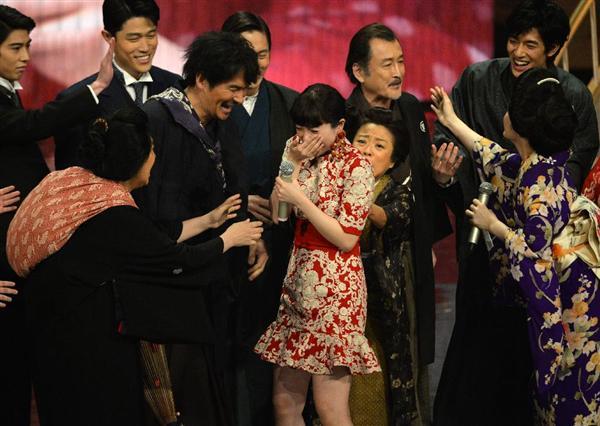 紅白詳報】(7)「みんなヒマなの?」 吉高がサプライズに涙 「花子とアン」出演者集合 - 産経ニュース