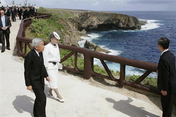 「バンザイクリフ」の断崖を望む展望場所に向かわれる天皇、皇后両陛下=平成17年6月28日、サイパン島