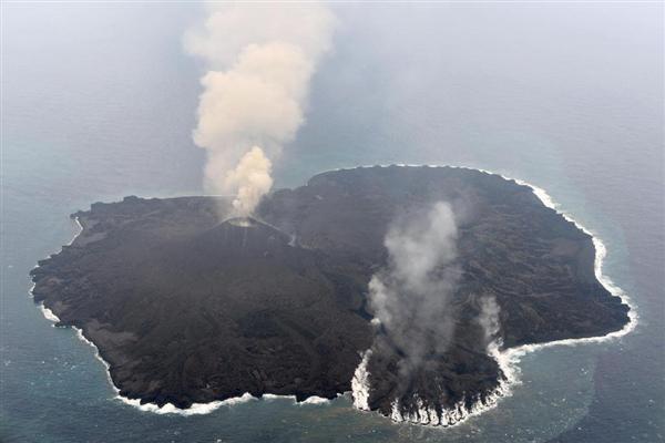 活発な噴火が続く小笠原諸島・西之島。東側(画面下)の海に溶岩が流れ込み、水蒸気が立ち上っている=21日(海上保安庁提供)