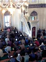 金曜日の集団礼拝でモスクに集まり、導師(中央上)とともに祈るイスラム教徒たち=23日午後、東京都渋谷区の東京ジャーミイ(石井那納子撮影)