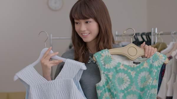 どっちの服にしようか迷う桐谷美玲