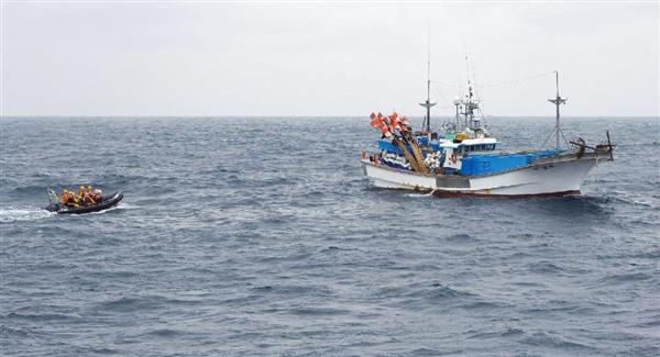 韓国はえ縄漁船(右)と立ち入り検査に向かう水産庁のボート=5日、鹿児島県... 前の写真へ 次の