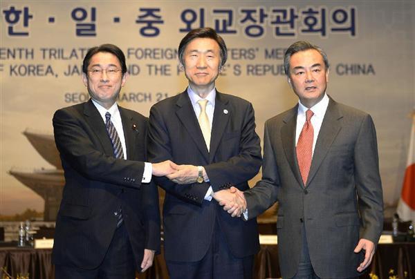 会談を前に握手する(左から)岸田外相、韓国の尹炳世外相、中国の王毅外相=21日、ソウル(共同)