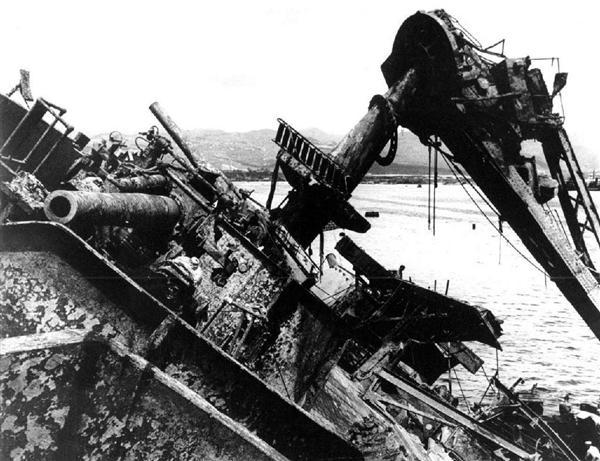 真珠湾で撃沈された後、引き揚げられた戦艦オクラホマ=1943年5月(AP)