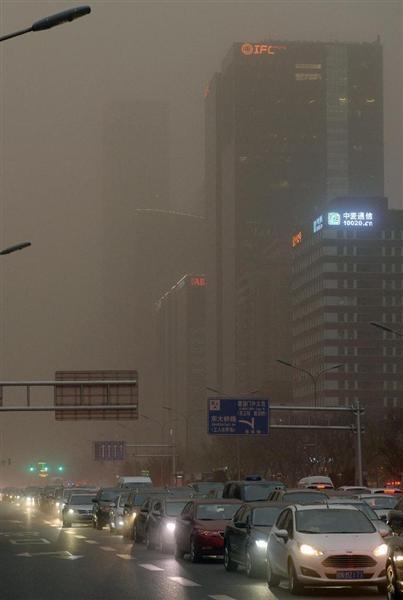 【中国】北京、黄砂で警報「今年最大規模」 空が薄黄色にかすむ[4/15]