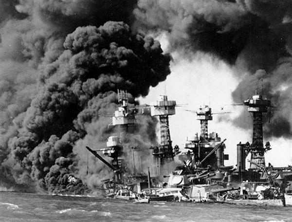 1941年12月7日、日本軍のハワイ真珠湾攻撃で、炎上して沈む米戦艦(ロイター=共同)
