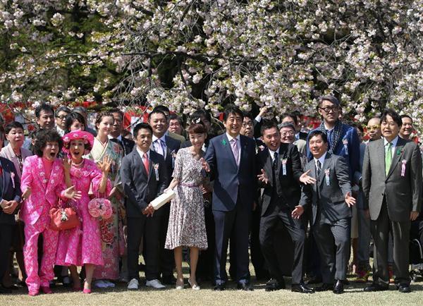【芸能】爆笑問題や8.6秒バズーカーなど著名人ら、安倍首相と記念撮影-桜を見る会★2