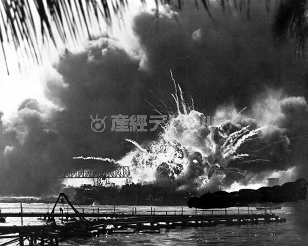 日本軍の空爆で爆発炎上する米'366;逐艦「ショー」。9月11日発生の米国同時多発テロ事件と比較される(AP)