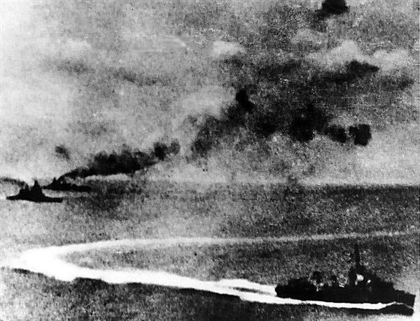日本機の攻撃を受けるプリンス・オブ・ウェールズ(左前方)とレパルス(左後方)