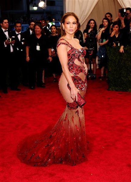 今年は、巨大ドレスのリアーナや奇天烈なかぶり物のサラ・ジェシカ・パーカーがコラ画像の標的となっている。透け透けドレスのビヨンセ、ジェニロペ、キム・