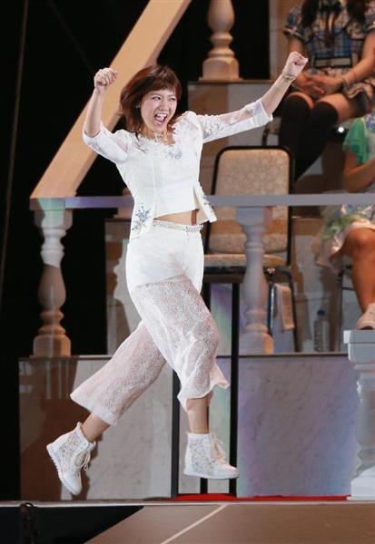総選挙で両腕でガッツポーズしながら登壇するAKB48時代の宮澤佐江