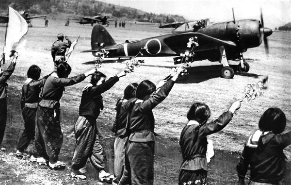 八重桜を振って特攻機を見送るなでしこ隊の女学生たち =昭和20年4月12日、旧陸軍知覧基地(毎日新聞社提供)