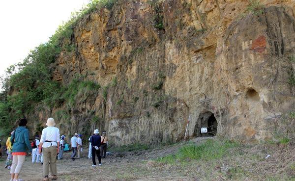 砲弾の跡が残る崖の下には、地下壕の入り口がある=... 前の写真へ 次の写真へ 記事に戻る 砲弾
