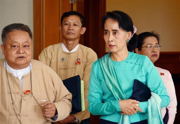ミャンマーの首都ネピドーの上下両院合同棟で、改憲案の審議に向かうアウン・... 前の写真へ 次の