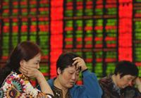 暴落続きの上海株に、中国の個人投資家も頭を抱える(AP)
