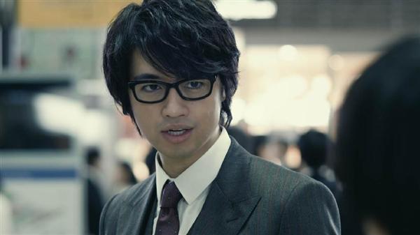 スーツにメガネの斎藤工