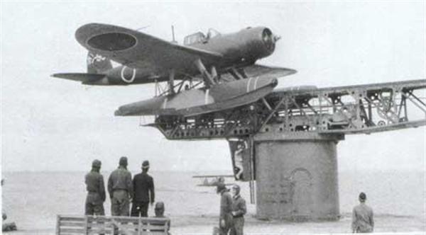 カタパルトに載る零式三座水上偵察機