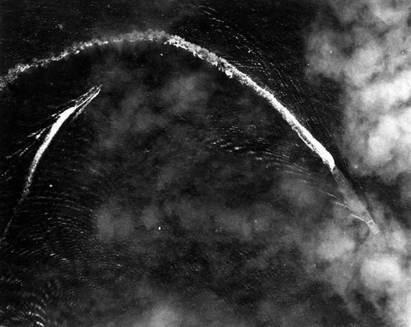 アメリカ機の攻撃を回避中の空母「赤城」