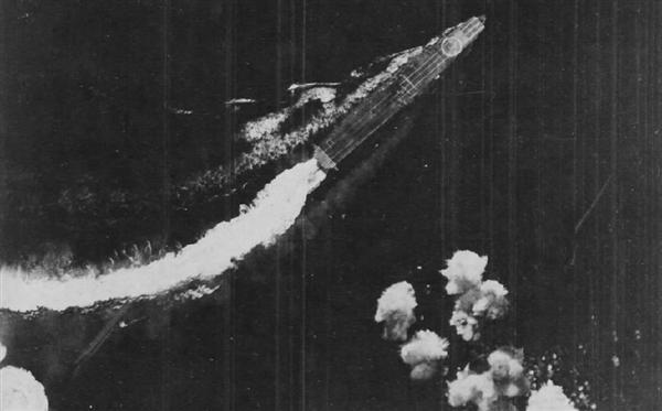 アメリカ機の攻撃を回避する空母「飛龍」