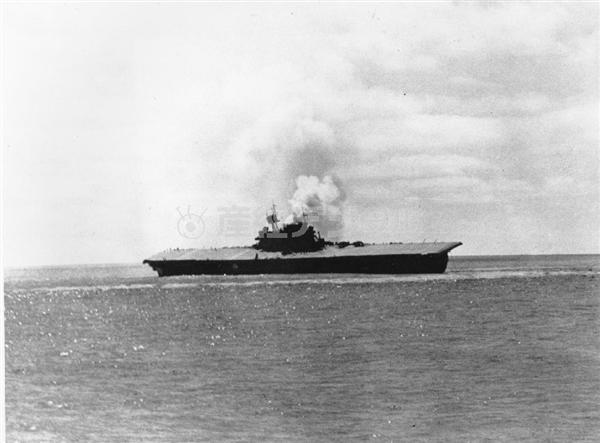 煙を上げるアメリカ海軍の空母、ヨークタウン