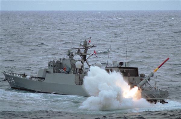 ミサイルを発射するはやぶさ型ミサイル艇「わかたか」(海上自衛隊提供)