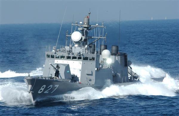 はやぶさ型の「くまたか」。艦首には主砲として76ミリ単装速射砲を備える(海上自衛隊提供)
