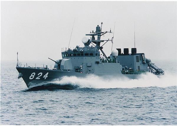 不審船キラーの異名を取るはやぶさ型ミサイル艇(海上自衛隊提供)