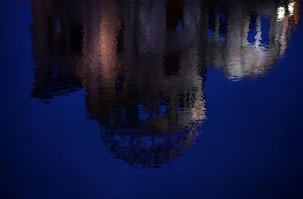 夕刻の元安川に映る原爆ドーム。水を求め大勢の被爆者が飛び込んだ=広島市中区