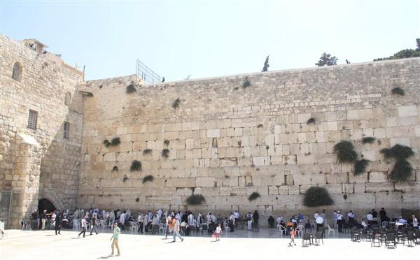 ユダヤ教の信者らが訪れる「嘆きの壁」=7月8日、エルサレム