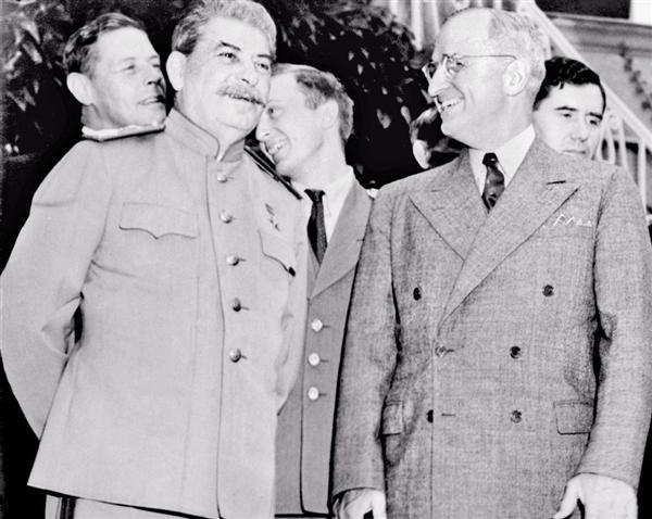 ドイツ・ポツダムでの首脳会議の合間に、スターリン・ソ連首相(左)の宿舎を訪問したトルーマン米大統領=1945年7月24日(AP)