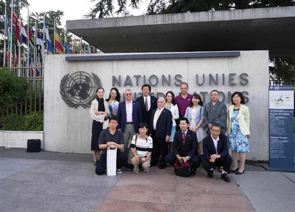ジュネーブの国連代表部の前で7月27日、記念撮影をする日本の民間団体のメンバーや有志たち。国連では、「慰安婦は性の奴隷ではない」と訴えた