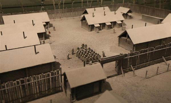 平和祈念展示資料館に展示されているシベリアの抑留者収容所の模型 =6日、東京・新宿の平和祈念展示資料館 (大西正純撮影)