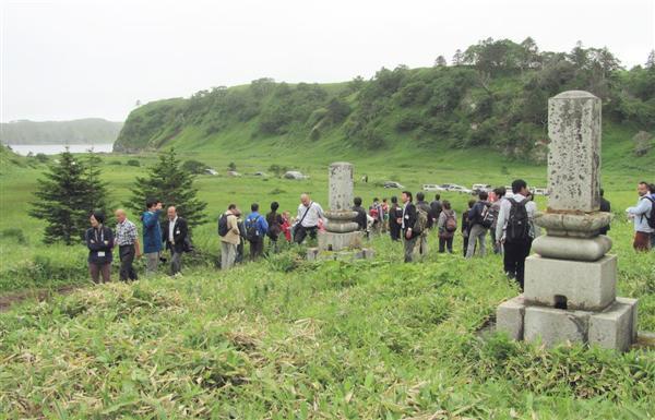 日本人が眠る色丹島・イネモシリの墓地。手入れもされず、荒れ果てていた=7月26日