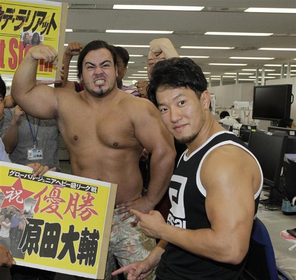 プロレスリング・ノアの原田大輔(右)とクワイエット・ストーム(左)がサンスポ編集局で大会をPRした