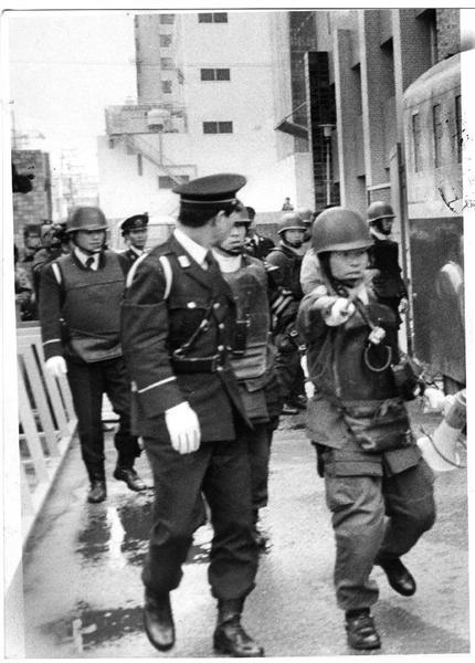 山口組組長ら狙撃事件、抗争事件を封じ込めるため、警戒にあたる大阪府警の機動隊員(1985年1月)