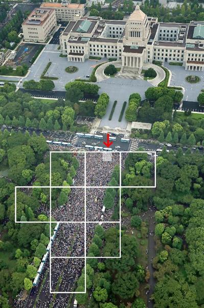 安保法案に反対する集会で、国会正門前を埋め尽くす人たち。警察車両に機動隊員が15名並んでいることからその正方形(矢印部分)を約225人と試算。白枠の正方形はその16倍となり約3600人。白枠で囲った部分全てが埋め尽くされても、国会前に集まった集会参加者は約3万2千4百人となった=30日午後(共同通信社ヘリから)