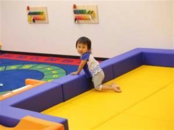 マットを敷いたキッズスペースで遊ぶ子供=姫路市呉服町