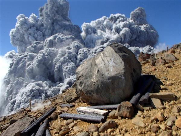御嶽山頂上付近の八丁ダルミを登っていた女性が撮影した噴火直後の御嶽山(女性提供)