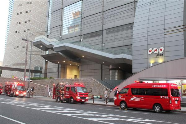 NHK大阪放送局で殺虫剤のようなものがまかれ、パトカーや救急車が集まり、騒然となった=27日午後5時55分、大阪市中央区大手前