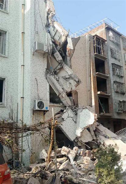 中国・広西チワン族自治区柳城県の爆発で壊れたビル=30日(新華社=共同)