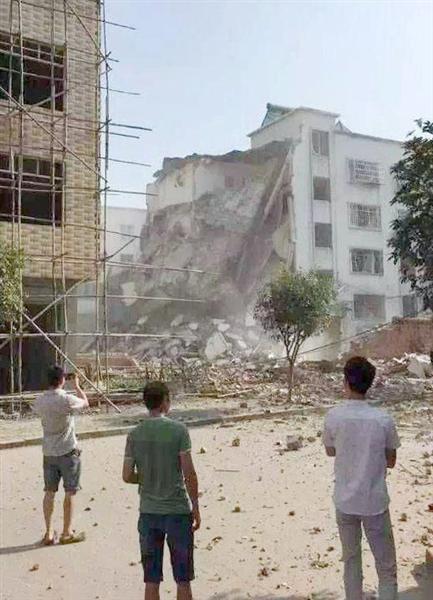 爆発が起き、一部が倒壊したビル=30日、中国の広西チワン族自治区柳城県(共同)