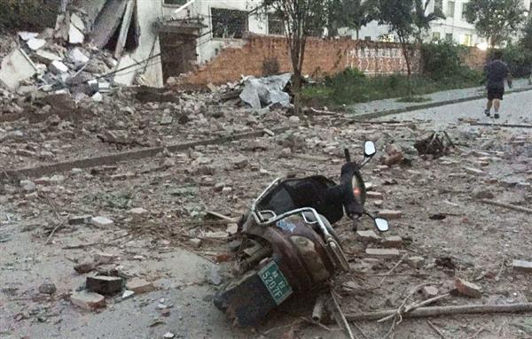 爆発で吹き飛ばされたオートバイ=30日、中国・広西チワン族自治区柳城県(共同)