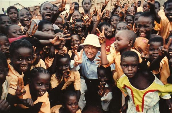 訪問したアフリカのガーナで子どもたちに囲まれる大村智さん=2004年9月(本人提供)