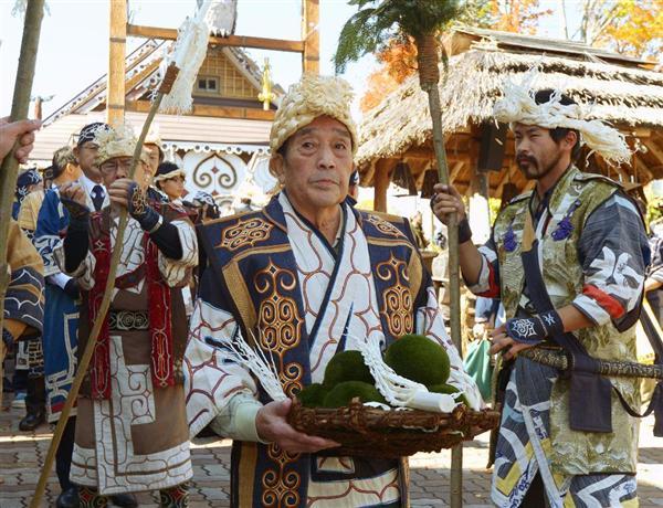 自然への感謝を表すアイヌ民族の儀式で、阿寒湖までマリモを運ぶ人たち=10日午前、北海道釧路市