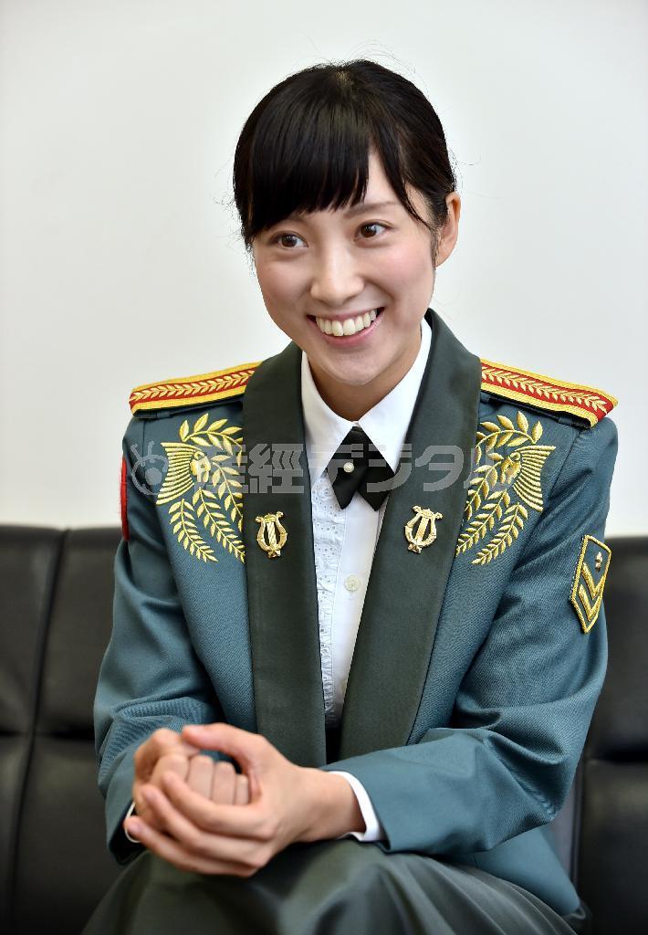 陸上自衛隊中部方面音楽隊の歌手の鶫真衣1等陸士=兵庫県伊丹市の陸上自衛... 「音楽の力で多くの