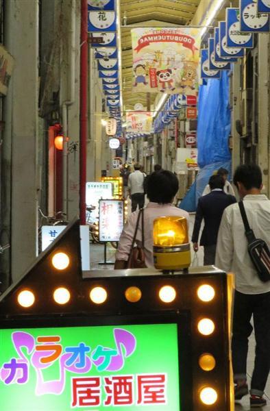 中国人女性が接客する「カラオケ居酒屋」が増えているあいりん地区の商店街=大阪市西成区
